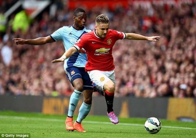 Huc dau <b style='background-color:Yellow'>Luke Shaw</b>, Sakho dung truoc an phat nguoi