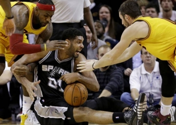 <b style='background-color:Yellow'>Spurs</b> vat va gianh tran thang thu 10 lien tiep truoc Cleveland