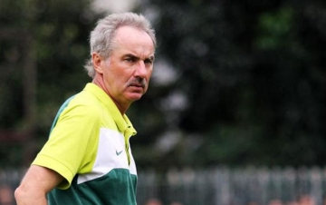 <b style='background-color:Yellow'>HLV Alfred Riedl</b> can nhac chuyen tim cong viec moi