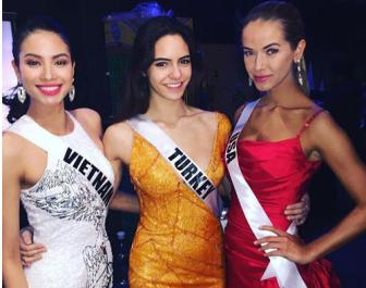 <b style='background-color:Yellow'>Pham Huong</b> tuoi tan truoc gio thi Ban ket Miss Universe