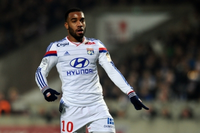 Liverpool vuot mat Arsenal trong cuoc dua gianh <b style='background-color:Yellow'>Alexandre Lacazette</b>