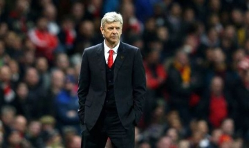 "<b style='background-color:Yellow'>HLV Arsene Wenger</b> ""noi dien"" voi cac hoc tro trong phong thay do"