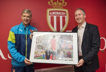 <b style='background-color:Yellow'>HLV Wenger</b> duoc Monaco tang qua