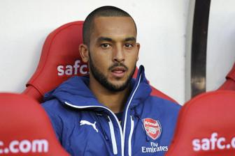 Theo <b style='background-color:Yellow'>Walcott</b> co the roi Arsenal