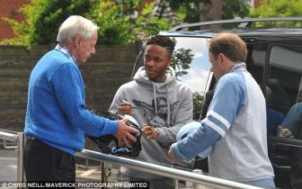 Chinh thuc: <b style='background-color:Yellow'>Raheem Sterling</b> gia nhap Manchester City voi gia ky luc