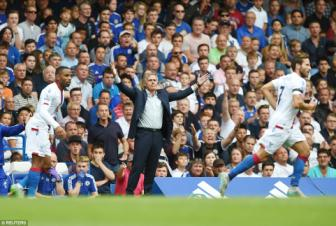 Chelsea 1-2 Crystal Palace: Jose Mourinho, tai hai trong ngay <b style='background-color:Yellow'>trong dai</b>