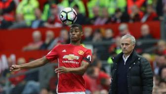 <b style='background-color:Yellow'>Marcus Rashford</b> khien Jose Mourinho lo lang