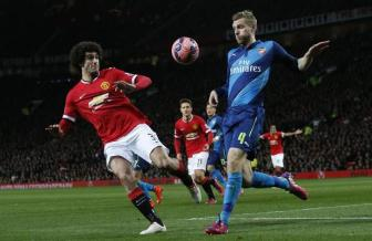 Jose Mourinho so mat <b style='background-color:Yellow'>Marouane Fellaini</b> trong tran dai chien voi Arsenal