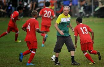 <b style='background-color:Yellow'>HLV Alfred Riedl</b> cua Indonesia giai nghe neu khong vao ban ket AFF Cup