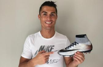 <b style='background-color:Yellow'>Cristiano Ronaldo</b> co them hop dong cuc khung