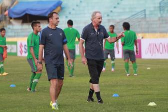 <b style='background-color:Yellow'>HLV Alfred Riedl</b> tu tin danh bai DT Viet Nam o ban ket AFF Cup