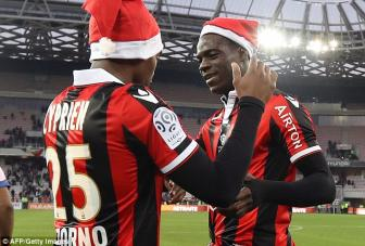 <b style='background-color:Yellow'>Lap cu dup</b>, Mario Balotelli tang qua Giang sinh y nghia cho Nice