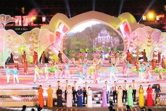Co do <b style='background-color:Yellow'>Hue</b> lung linh trong dem be mac Festival Hue 2016