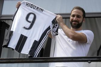 <b style='background-color:Yellow'>Gonzalo Higuain</b> tiet lo ly do va dong co gia nhap Juventus