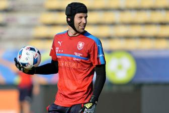 <b style='background-color:Yellow'>Petr Cech</b> gia tu su nghiep quoc te