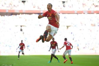 Ibrahimovic lap dai cong, MU vuot qua Leicester de doat <b style='background-color:Yellow'>Community Shield</b> Cup