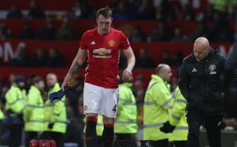 Dinh chan thuong, <b style='background-color:Yellow'>Phil Jones</b> duoc tra ve Man United dieu tri