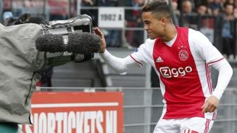Lap hat-trick cuc dinh cho <b style='background-color:Yellow'>Ajax</b>, Justin Kluivert vuot mat cha