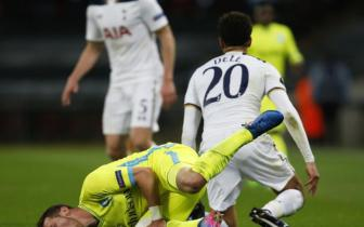<b style='background-color:Yellow'>Dele Alli</b> nhan the do voi cu vao bong kinh hoang