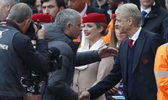 <b style='background-color:Yellow'>Mourinho</b> bat ngo len tieng dong vien Arsenal va Wenger