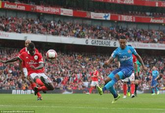 Walcott va Giroud toa sang, Arsenal co 8 diem ngay ra quan <b style='background-color:Yellow'>Emirates Cup</b>
