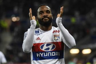 <b style='background-color:Yellow'>Lacazette</b> den London kiem tra y te, ky hop dong ky luc tai Arsenal trong 24h toi