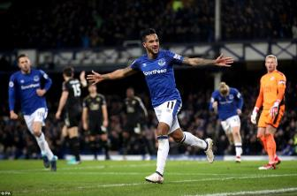 Theo <b style='background-color:Yellow'>Walcott</b> lap cu dup trong ngay chao san Goodison Park