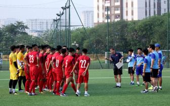 HLV <b style='background-color:Yellow'>Hoang Anh Tuan</b> tiet lo ve loi choi cua U18 Viet Nam