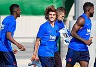 <b style='background-color:Yellow'>Griezmann</b> cuoi sung suong trong lan dau tap cung Barca