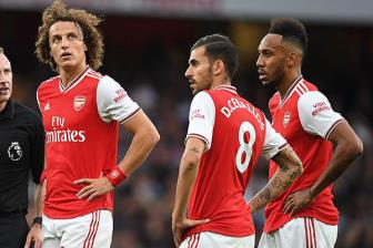 Arsenal day song: David Luiz danh vo mui Ceballos