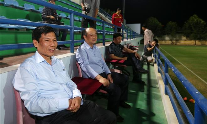 Bo truong Nguyen Ngoc Thien tham va dong vien DT Viet Nam truoc them AFF Cup 2018 hinh anh