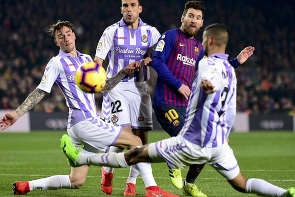 <b style='background-color:Yellow'>Messi</b> đá hỏng penalty, Barca nhọc nhằn thắng Valladolid