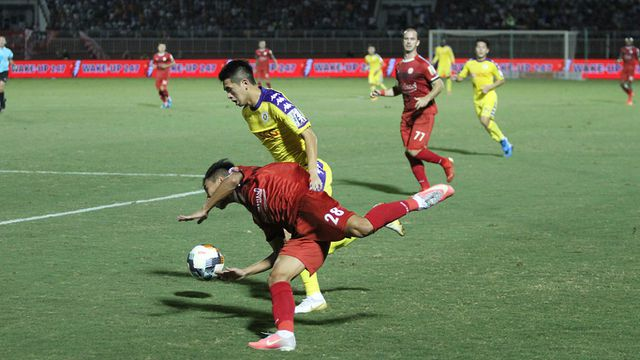 Vong 20 V.League Ha Noi FC noi rong khoang cach voi TPHCM hinh anh